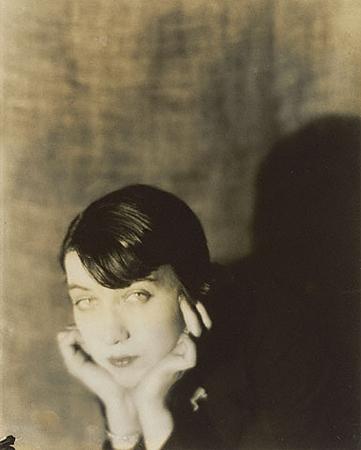 Мэн Рей<br>Портрет Беренис Эбботт<br>Желатиновая галогено-серебрянная печать, 1921