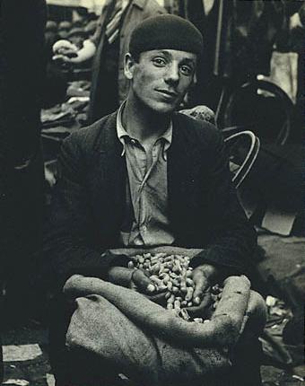 Лизетта Модел<br>Торговец арахисом<br>Желатиновая галогено-серебрянная печать, между 1933 и 1938