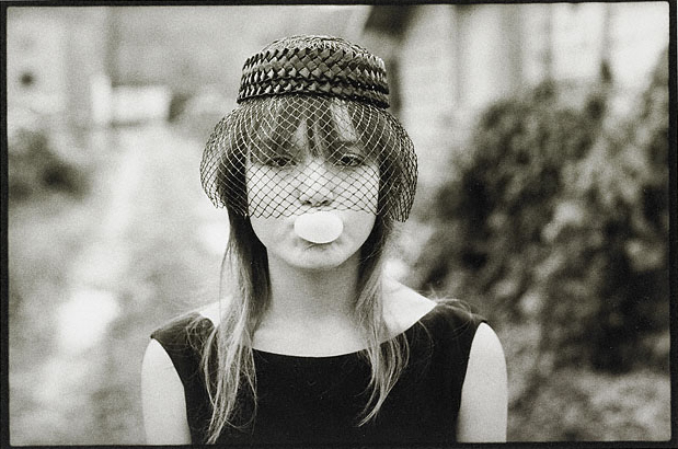 Мэри Эллен Марк<br>Тини в костюме для Хэллоуина надувает пузырь<br>Желатиновая галогено-серебрянная печать, 1983
