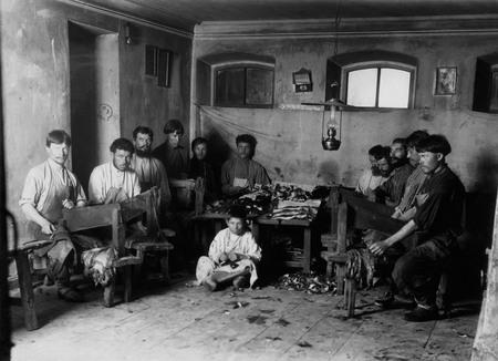 Неизвестный автор<br /> В скорняжной мастерской. Кимры <br /> 1910-е