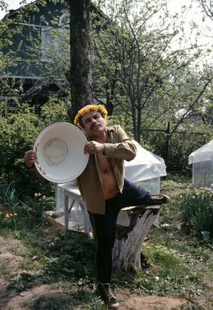 Сергей Бурасовский<br /> Искусствовед Валерий Стигнеев с тазиком. Сходня <br /> 1994