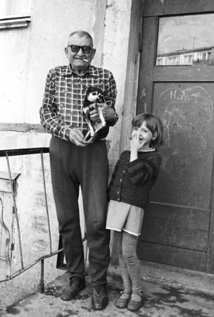 Сергей Бурасовский<br /> Дедушка и внучка из нашего подъезда. Магадан <br /> 1984
