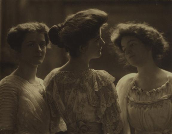 Элиас Голденски<br>Портрет трех женщин<br>платиновый отпечаток, 1915