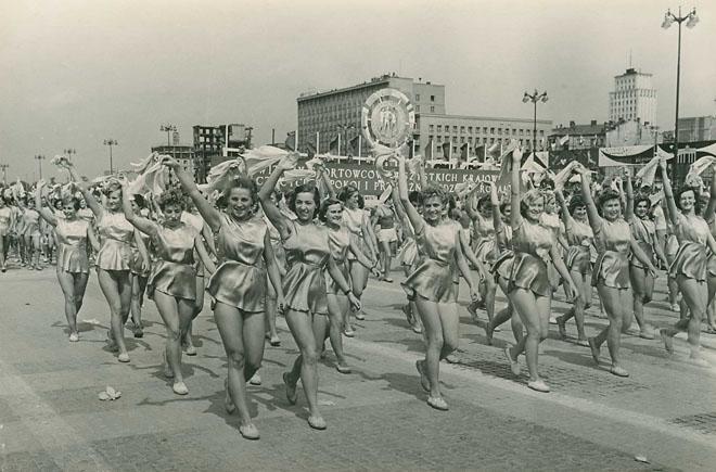 <p><i>273533</i><br />В.Егоров.<br /> Варшава. VВсемирный фестиваль молодежи истудентов замир идружбу. Торжественное шествие польской молодежи. <br /> <i>Наснимке:</i> колонна польских спортсменок проходит поплощади имени Сталина. 1955.</p>