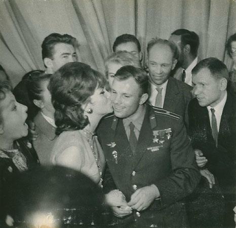 <p><i>488347</i><br />В.Мастюков иЛ.Великжанин<br /> Юрий Гагарин иДжина Лолобриджида вМоскве наМеждународном кинофестивале. 1961.</p>