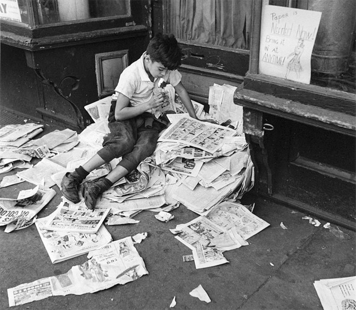 Фотография Андре Кертеса (Кертеша) «Нью-Йорк (Мальчик с мороженым), 12 Октября, 1944», вместе с другими отпечатками, продается галереей Stephen Bulger Gallery на Нью-Йоркской ярмарке Ассоциации международных фотографических дилеров.