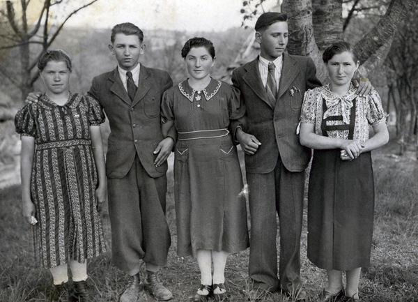 ©Группа авторов. «1937 год. Молодежь в саду. Фотограф неизвестный, приезжал в село из города изредка, предлагая услуги.»