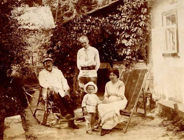 ©Группа авторов. «Семья на даче в 1914 г.»