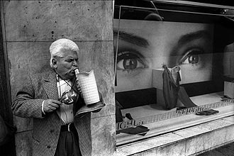 Blind Musician outside the clothing store High Life in Mexico City, 1987. (Marco A. Cruz)
