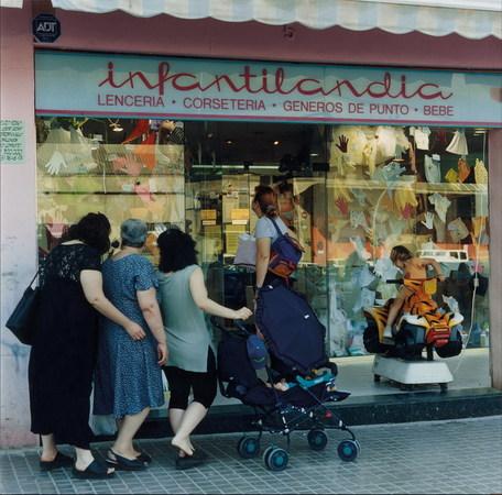 Patrick Faigenbaum. Mujeres delante de un escaparate, barrio del Besуs, Barcelona, 2001. Women in front of a window shop, Besos neighbourhood, Barcelona, 2001. © Patrick Faigenbaum