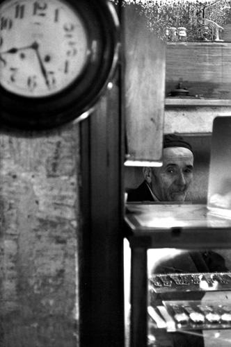 Анри-Картье Брессон. Турецкий часовщик, 1964