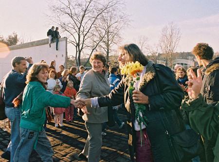 Клаус Ленартц<br> Падение Берлинской стены<br> 11 ноября 1989<br> западные и восточные немцы приветствуют друг друга<br> © Федеральное ведомство печати и информации BPA