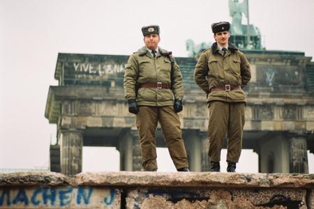 Энгельберт Райнеке<br> Пограничники ГДР у Бранденбургских ворот<br> 9 января 1990<br> © Федеральное ведомство печати и информации BPA <br>