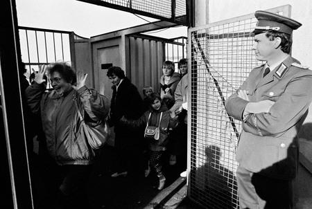 Клаус Ленартц<br> Падение Берлинской стены<br> 11 ноября 1989<br> пропускной пункт на Обербаумбрюкке<br> © Федеральное ведомство печати и информации BPA