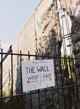 Юлиа Фасбендер<br> Указатель «Запад – Восток» на месте бывшей Берлинской стены<br> 3 августа 1999<br> © Федеральное ведомство печати и информации BPA