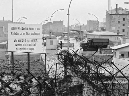 Клаус Шютц<br> Граница между Восточным и Западным секторами Берлина на Генрих-Гейне-штрассе<br> 4 января 1966<br> © Федеральное ведомство печати и информации BPA