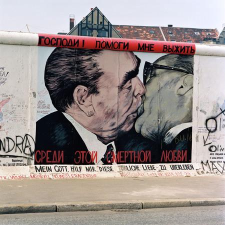 Бернд Кюлер<br> East Side Gallery<br> 27 июля 1992<br> «Братский поцелуй» (рисунок Дм.Врубеля)<br> © Федеральное ведомство печати и информации BPA