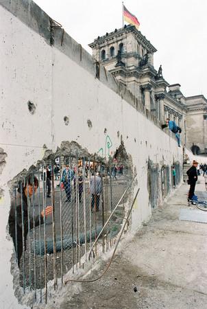 Клаус Ленартц<br> Берлинская стена: последние дни перед сносом<br> 22 февраля 1990<br> © Федеральное ведомство печати и информации BPA