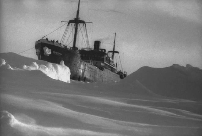 """Зажатый во льдах """"Смоленск"""" впору спасать. Льды грозят раздавить корабль."""