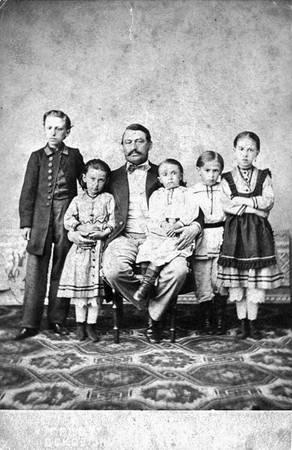 Л.П.Вильчевский с детьми<br> Псков, фотоателье А.Гейст, 1865-1866