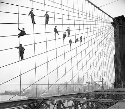 Маляры на покраске Бруклинского моста