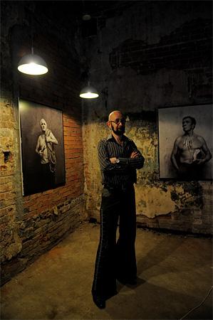 © Андрей Безукладников. Фестиваль современного искусства «Живая Пермь», на фото: пермский фотограф Сергей Белов на фоне своей выставки.