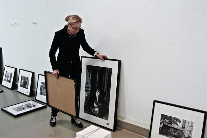 © А.Б. Ольга Свиблова во время развески выставки Андрея Безукладникова «Прозрачное время»