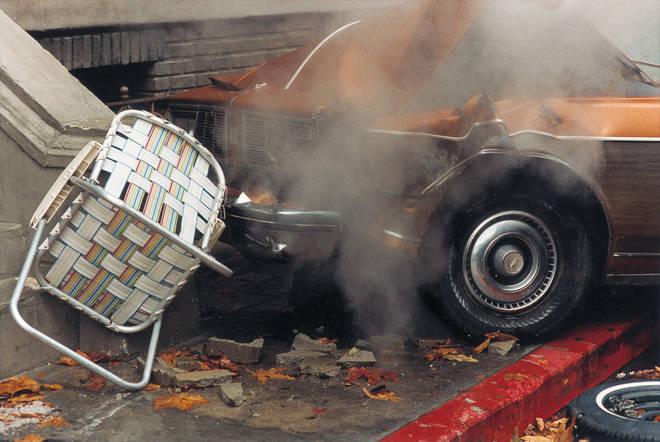 Питер Линдберг<br> Разбившийся автомобиль и перевернутый стул<br>  ноябрь 1999 <br> Итальянское издание Vogue, Лос-Анджелес, студия Paramount <br> Собрание автора