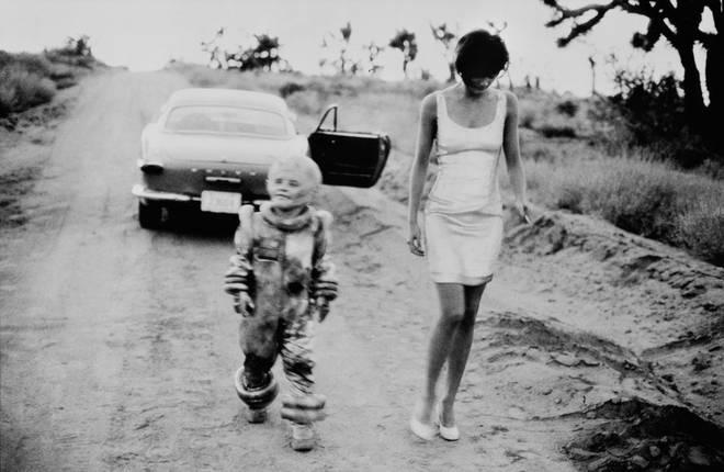 Питер Линдберг<br> Хелен Кристенсен и инопланетянин <br> 1990 <br> Итальянское издание Vogue, El mirage, Калифорния <br> Собрание автора