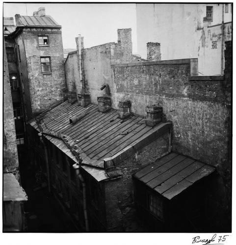 ©Борис Смелов. «Вид во двор. 1975»
