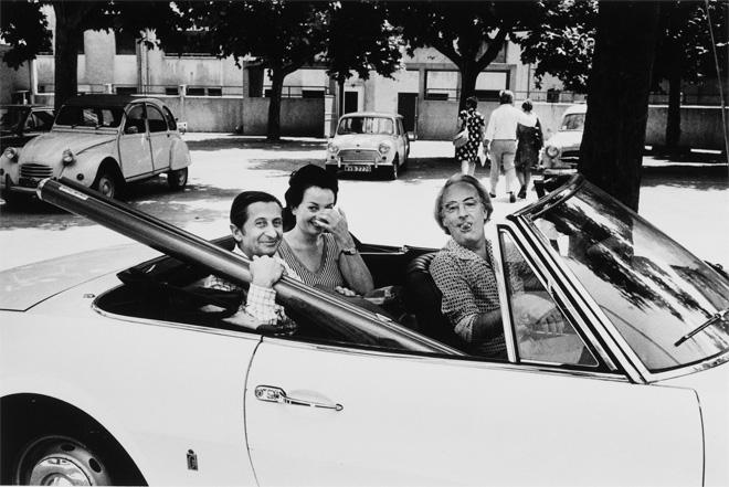 Жан-Пьер Сюдр, Элен Тере и Жан Дьезэд несут экран для проекции, 1973<br> © Бернард Перрин<br> Собрание Бернара Перрина