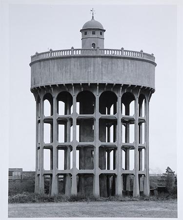 Бернд и Хилла Бехер. Водонапорная башня. Newton le Willows, Великобритания  1966 © Stiftung museum kunst palast, Dusseldorf, Graphische Sammlung
