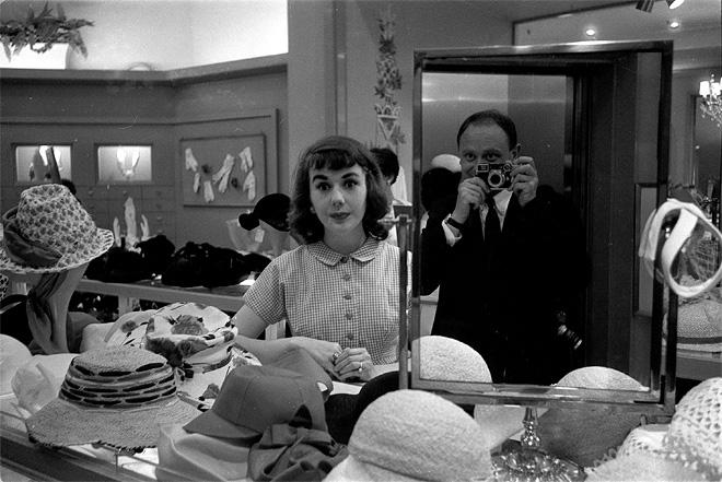 Пьер Була<br> Взгляд француза на американских женщин, США. Отражение Пьера Булы в зеркале в большом нью-йоркском магазине <br> май 1957 <br> © Pierre Boulat