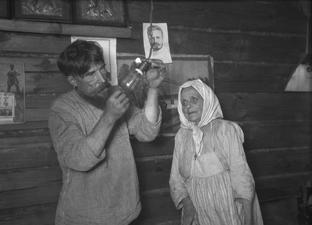 Аркадий Шайхет<br> Лампочка Ильича. Шатура дала ток. Село Ботино. Декабрь 1925<br>  Частное собрание, Москва