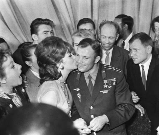 «Звездный поцелуй». Юрий Гагарин и  Джина Лоллобриджида, 1961 год. Фото Леонида Великжанина /Фотохроника ТАСС/.