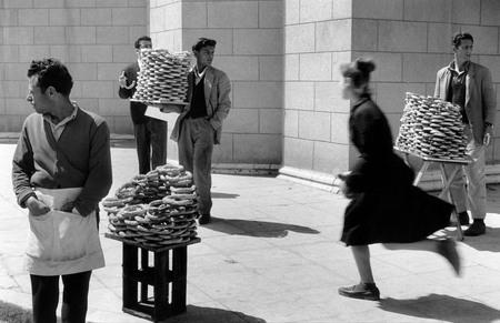 Сабина Вайс. Греция. Продавец греческого пасхального печенья «кулурья». 1958. © Sabine Weiss/Rapho