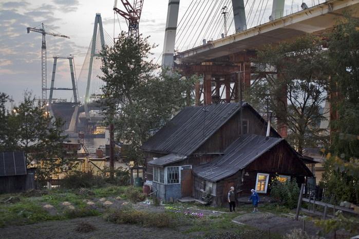 © Александр Петросян. Последний жилой дом у вантового моста. Спб, 2006