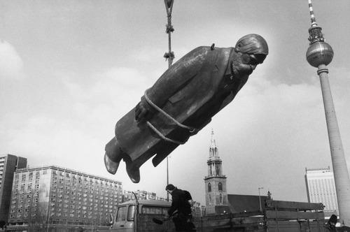 "Sibylle Bergemann. Das Denkmal, East Berlin (The Monument, East Berlin). 1986. Gelatin silver print, 19 11/16 x 23 5/8"" (50 x 60 cm). Sibylle Bergemann/Ostkreuz Agentur der Fotografen, Berlin. © 2010 Sibylle Bergemann/Ostkreuz Agentur der Fotografen, Berlin"