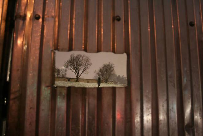 Анна  Антонова<br />  Запретный плод<br />  2008<br />  Цифровая  печать <br /><br />  Когда мы видим  дырку в заборе, то либо подглядываем, либо проходим мимо. Забор защищает от посторонних глаз, но именно его наличие и привлекает внимание к тому, что происходит за его оградой. И даже у стен Кремля можно найти такие загадочные «шкатулки», содержимое которых не предназначается для общего обозрения.