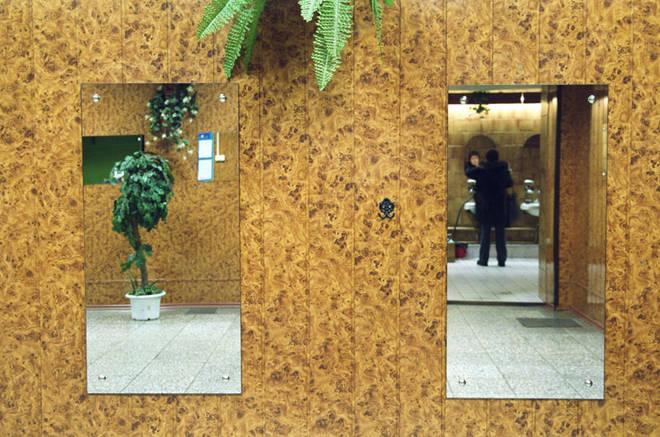 Наталья Ульянова<br />  WC<br />  2009<br />  Цифровая  печать <br /><br />  Серия фотографий была сделана в общественном туалете Ленинградского вокзала. В проекте автор стремился увидеть прекрасное в том месте, где его, казалось бы, нет. Пространство профанного валоризуется и превращается в таинственный мир отражений. Такие технические эффекты, как отблески и полутени, закреплены за традиционной фотографией, обслуживающей индустрию красоты и гламура.