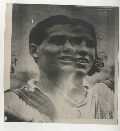 Эль Лисицкий (1890-1941)<br /> Портрет юношиидевушки. Рабочаяфотография дляэскиза плаката«Russische Ausstellung. 1929»*<br /> 1929<br /> Черно-белая аналоговая фотография. Пленочныйнегатив среднего формата. Печать сдвух негативов. Бромсеребряножелатиновый отпечаток. Второй шаг: ослабление тона при печати для создания «фотографии под ретушь», которую художник будет «вставлять» в свой коллаж – эскиз плаката<br /> *«Russische Ausstellung. Buchgewerbe, Graphik, Theater, Photographie (Русская выставка. Искусство книги, графика, театр, фотография)» – Выставка достижений культуры Советской России в Цюрихе, Швейцария в 1929, комиссаром которой был Эль Лисицкий<br /> © Российский государственныйархивлитературы иискусства