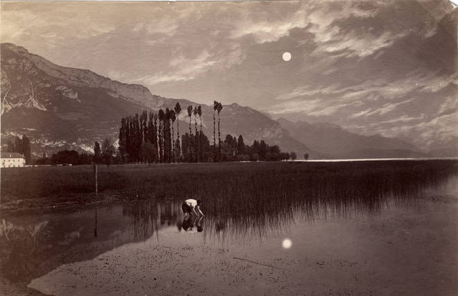 Неизвестный автор, Европа<br /> Ловец луны<br /> 1880-е–1890-е<br /> Черно-белая аналоговая фотография. Стеклянный негатив, сухая желатиновая эмульсия, ретушь и живопись по негативу; контактный отпечаток с двух негативов, отпечаток на альбуминовой бумаге<br /> Изколлекции Михаила Виллие (1838-1910), художника<br /> © Российский государственныйархивлитературы иискусства