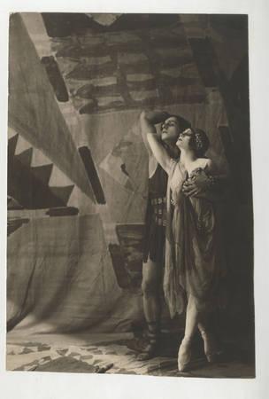 Неизвестный автор (Николай Свищов-Паола?)<br /> Танцуют Виктория Кригер (1896-1978) и Касьян Голейзовский (1892-1970). Балет «Саламбо» (в постановке 1910 года)<br /> 1910-е<br /> Черно-белая аналоговая фотография. Стеклянный негатив 4х5 см, бромсеребряножелатиновый отпечаток<br /> Изархива Виктора Ивинга [Иванова] (1888-1952), театрального критика<br /> © Российский государственныйархивлитературы иискусства