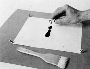 """Рис. 5. Светочувствительный раствор наливается в центр бумажного листа (William Crawford """"The Keepers of Light"""")"""