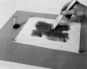 """рис. 6, 7.  Жидкость распределяется кистью по листу сначала движениями из стороны в сторону, затем – движениями вверх-вниз (William Crawford """"The Keepers of Light"""")"""