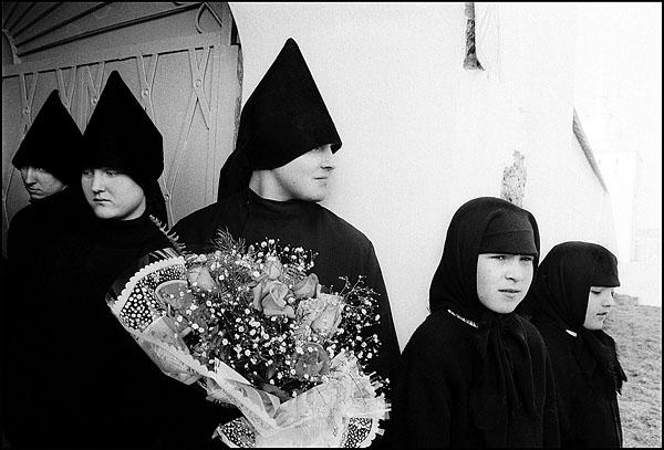 ©Олег Климов. «Послушники монастыря, Ярославль. 1996»