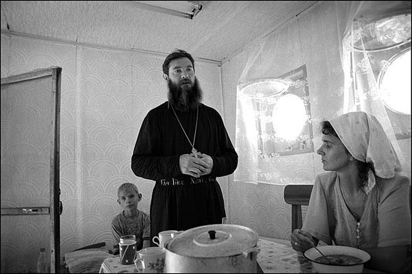 ©Олег Климов. «Семья священника, плавающая церковь, окрестности Волгограда. 2000»