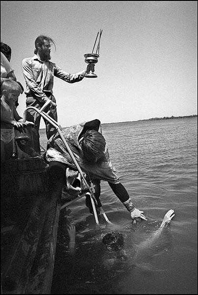 ©Олег Климов. «Крещение в воде, плавающая церковь, окрестности Волгограда. 2000»