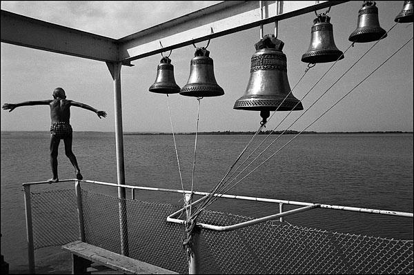 ©Олег Климов. «Ныряльщик, плавающая церковь, окрестности Волгограда. 2000»