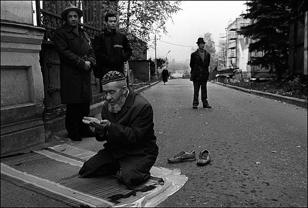 ©Олег Климов. «Намаз на улице, Казань. 1999»